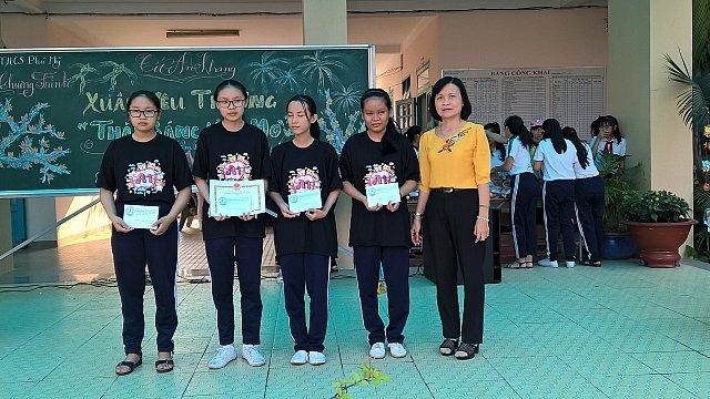 Cô Diệp Thị Ngọc Dung - Hiệu trưởng nhà trường trao phần thưởng cho học sinh